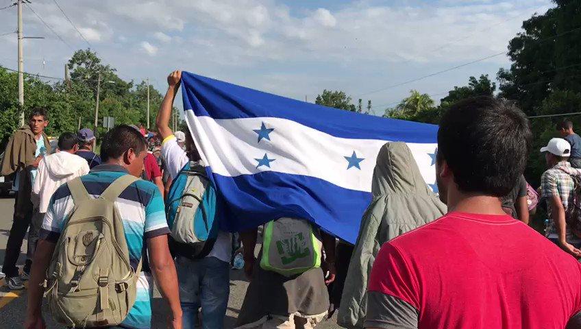 ▶ VIDEO | Más de 2 mil personas continúan avanzando con banderas en #CaravanaMigrante https://t.co/XQI6wBmS7y https://t.co/qNzkfLSF3u