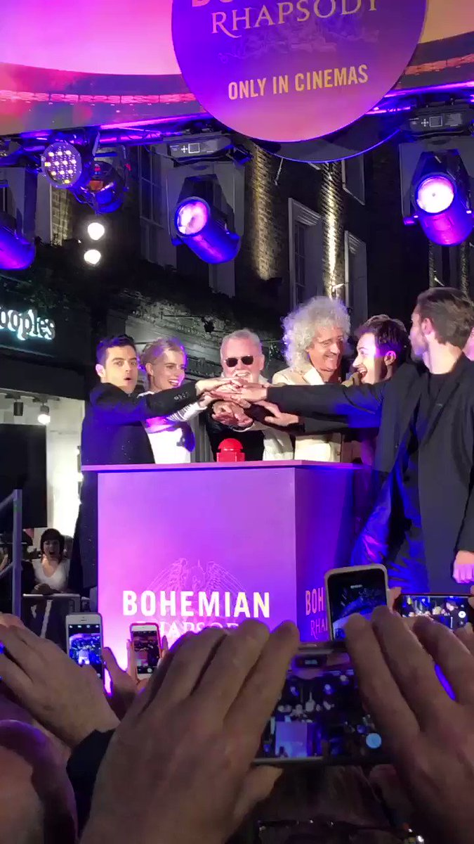 QUE LINDOOO!!! Tô aqui no show de fogos e luzes com o elenco e a banda para a divulgação do filme #BohemianRhapsody em Londres! ❤️😭🇬🇧 #Queen