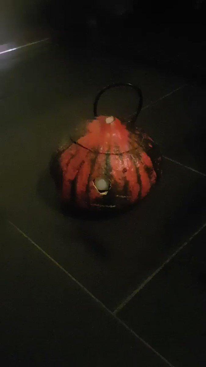 Mit meiner Tochter einen Kürbis mit Bewegungsmelder programmiert #Halloween #Arduino //cc @KidsDigitalDE