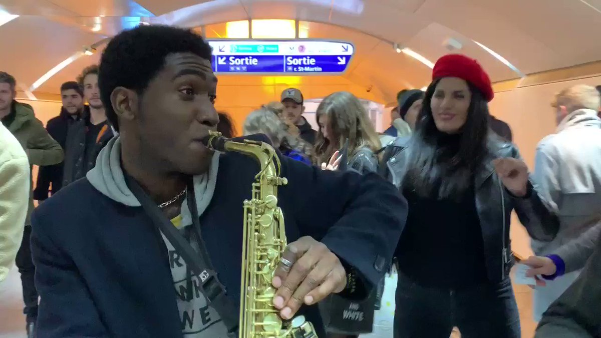 Quand les couloirs du métro parisien à Châtelet se transforme en Dancefloor un samedi soir à 00H ! 😍