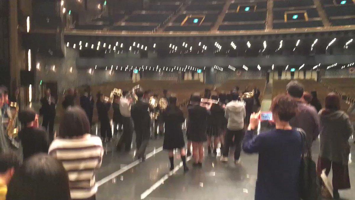 昨日行った普門館で突然に宝島が始まり、楽器持ってる人は吹いて、持ってない人は歌ったり手拍子したりしていて普門館のステージ全体で最高に吹奏楽って感じでエモかった