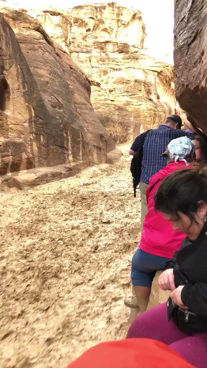 ペトラ遺跡で雨の後の突然の土石流で道がこんな状態 これヤバイやつやったけど、ここの皆んなは無事で脱出完了 https://t.co…