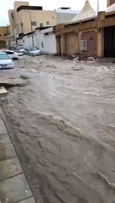 فيديو: جريان السيول داخل حي البديعة وانجراف عددا من السيارات. (متداول)  - #امطار_الرياض_الان https://t.co/5HzpqF139G