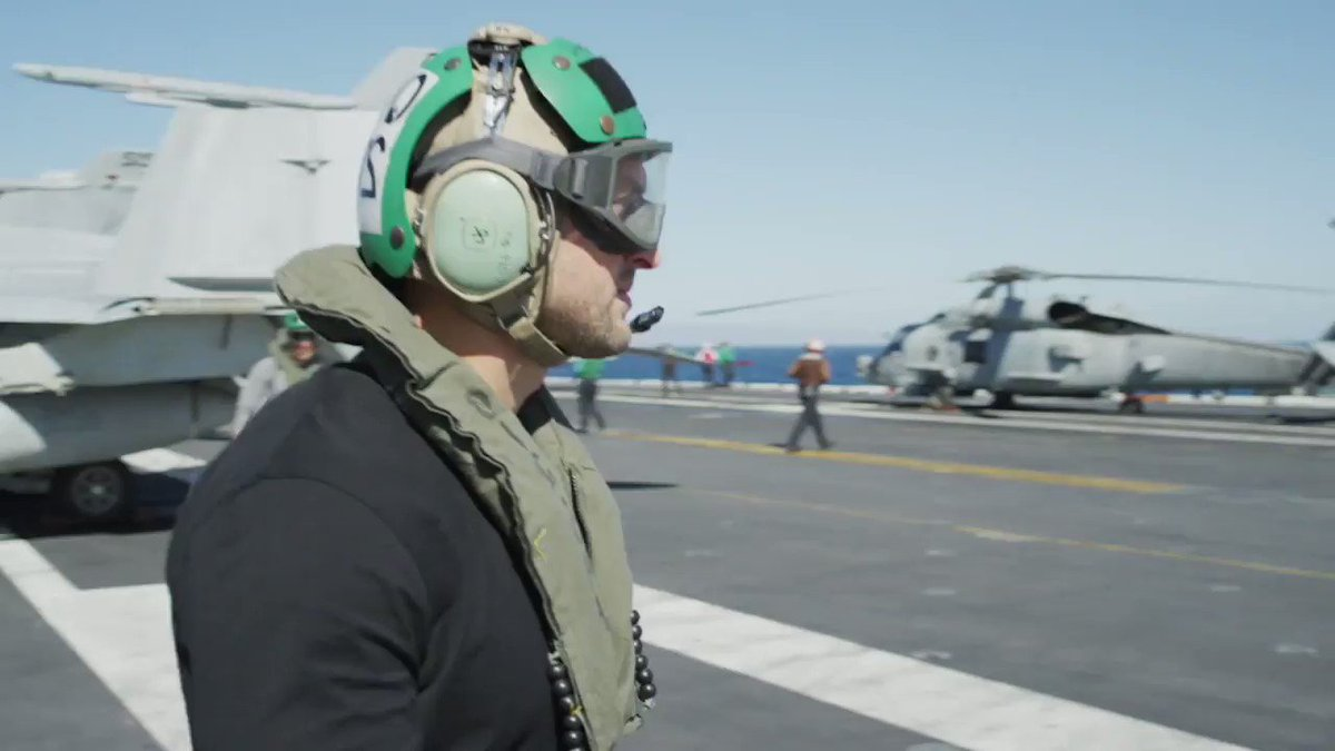 In honor of Veterans Day, @TimTebow paid a visit to the USS Carl Vinson.  ( ��: @DoveMenCare) https://t.co/bmKMV9XPvI
