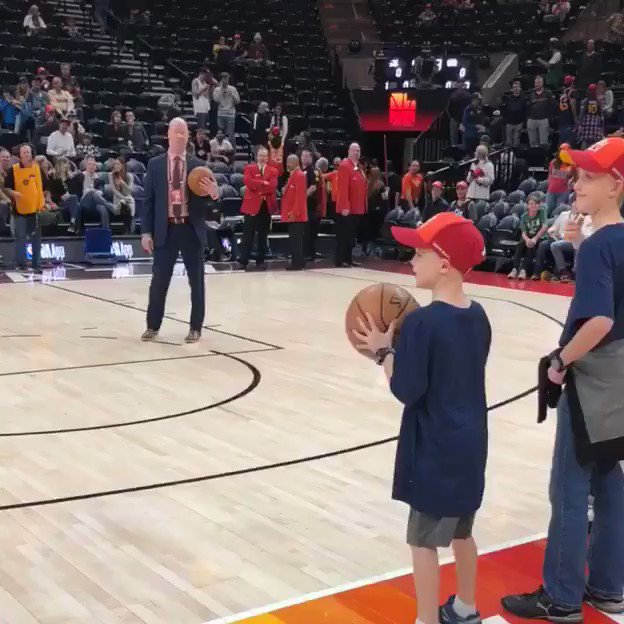 Donovan Mitchell gets up shots with the help of some young fans! #ThisIsWhyWePlay  ��: ESPN ⏰: 9:30pm/et https://t.co/QAtWCx6Cff