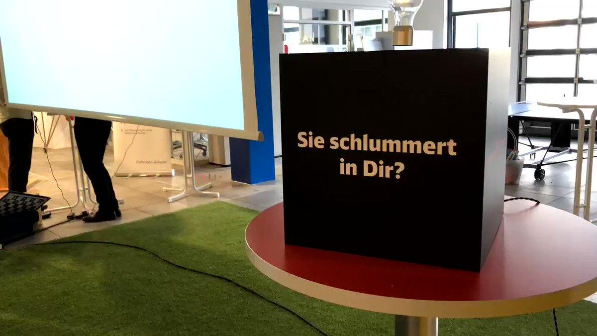 Gerade noch rechtzeitig in Berlin angekommen: Gleich findet der #DemoDay des #Gleislabor von der #BahnbauGruppe statt! Erster Eindruck? Location top, Stimmung top 🚉💡#intrapreneurship @DB_Skydeck @dbsystel