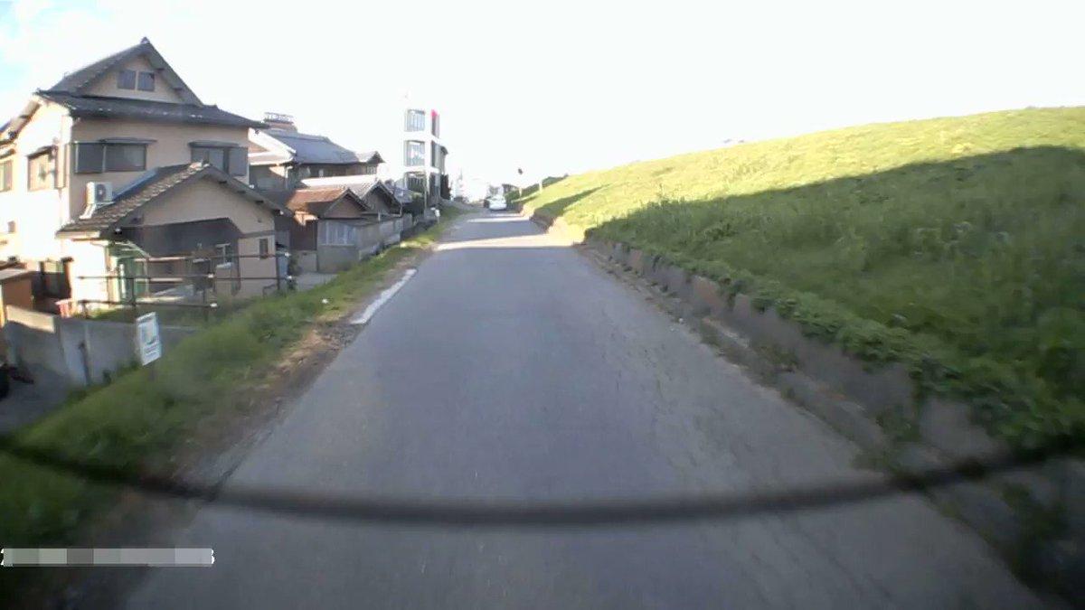 朝書いた細い道で原付きが車追い抜こうとして運転誤り道路脇の溝に転落していったやつドラレコにバッチリ写ってたw 前と後ろのカメラの編集したやつ貼っとくw 動画開始1分超えてからのブラックスクリーンはBGM鑑賞用w