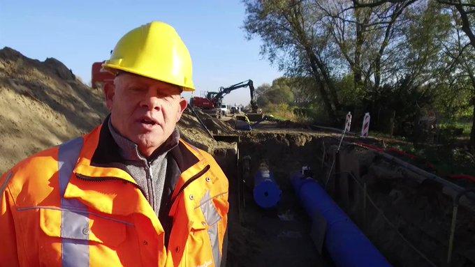 We timmeren flink aan de weg! 🚗 @DeNieuweN200 met @rijkswaterstaat @AmsterdamNL en @waterschapagv ➡ Vervangen oudste drinkwaterleiding, dijkverhoging, nieuwe bruggen, ecopassage en stedelijke entree.   Handig dat we een watercyclusbedrijf zijn met alle taken onder 1 dak 👌
