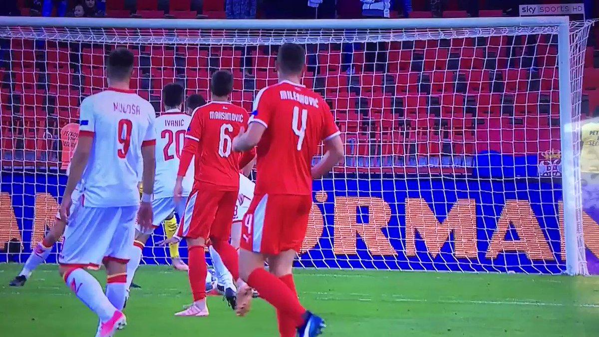 No tiene desperdicio!! Un penal por patearse solo!! Y esperen la definición de Mitrovic!!