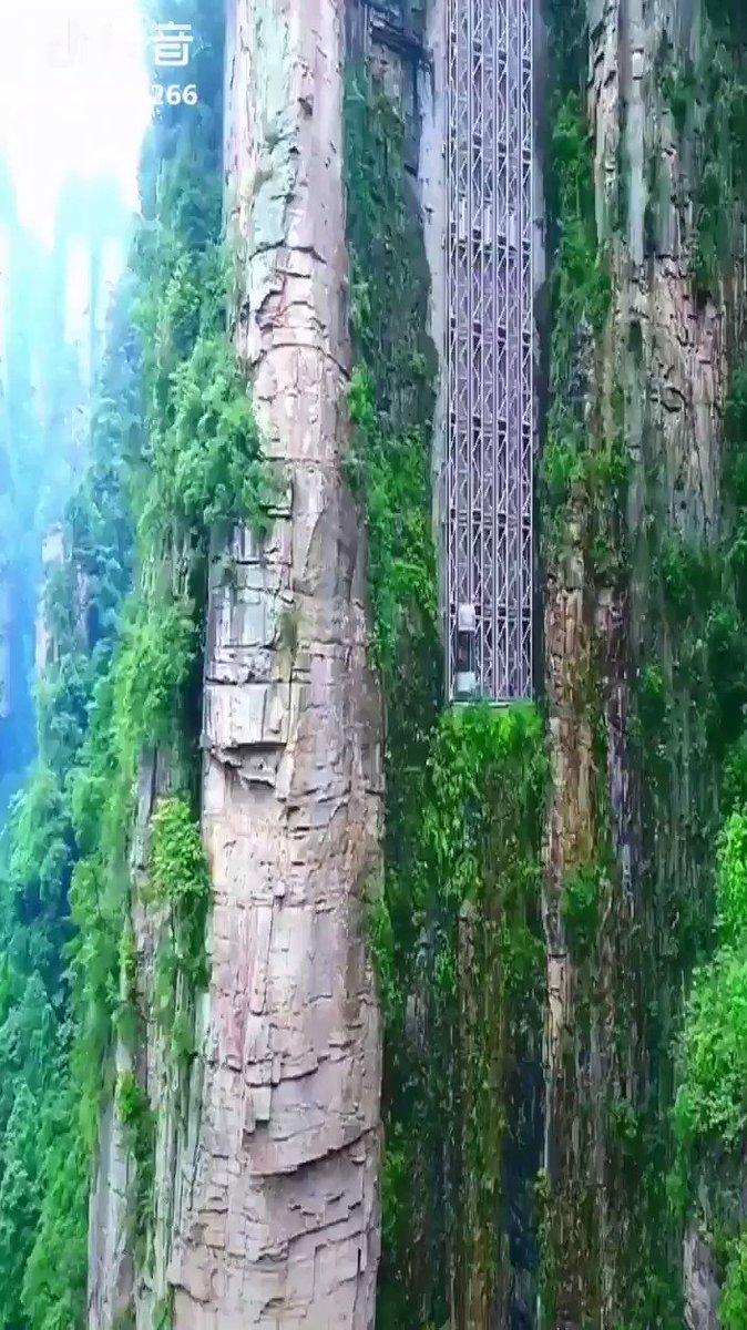 【動画】中国の断崖絶壁に設置されたエレベーター、300メートル超を数分で行き来することが可能!!凄いけど怖いwwwwwwwwww