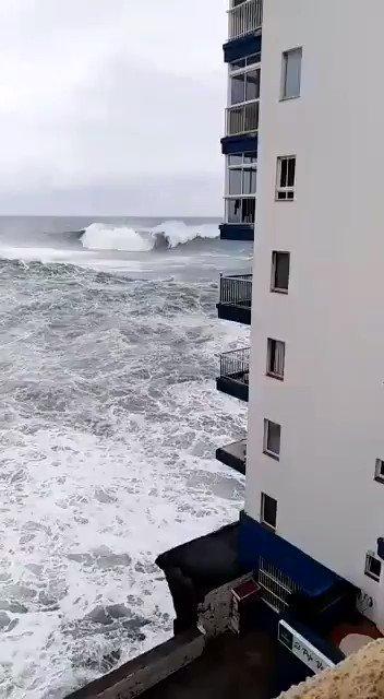 VIDEO🌊🌊 Las olas arrancan varios balcones en Mesa del Mar, en el norte de Tenerife @Jose_Deniz @ManuelArtilesA @GVerasMedia @VictorBritoG @NaoVeraHdez @candidacarba @DavidCuestaTV @EsauHernandez