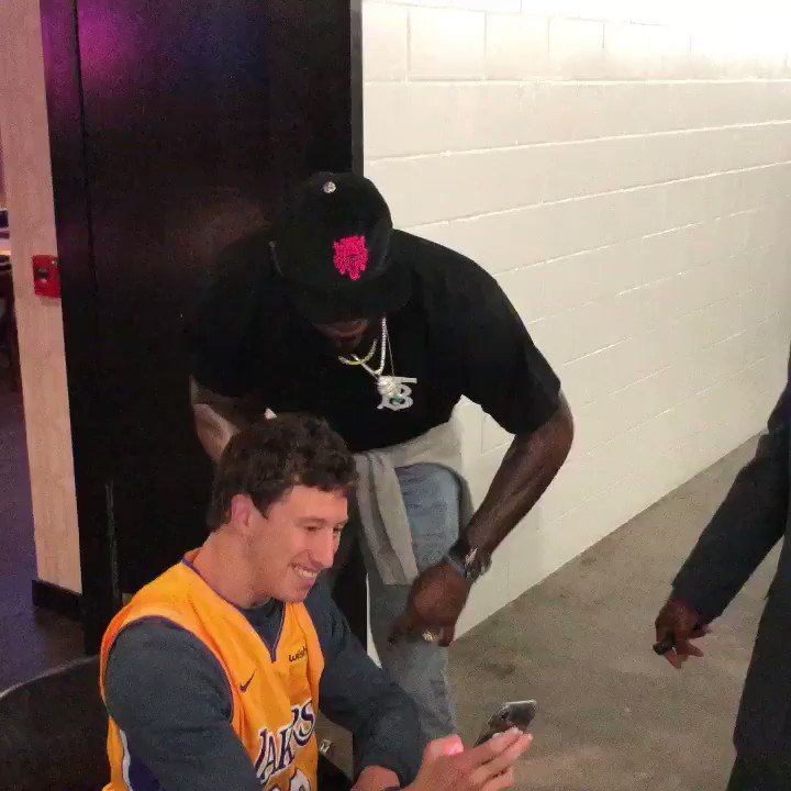 LeBron makes time for a fan and walks out on 51-point night! #ThisIsWhyWePlay   #NBAPostgame #LakeShow https://t.co/kDUXgzB8Og