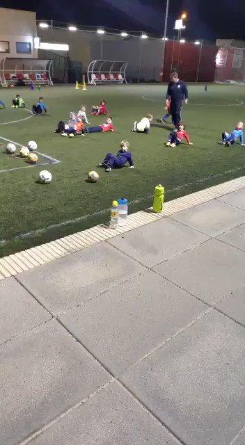 Entrenamiento de la categoría Biberón: Ejercicio de coordinación v El cangrejo.  Y de repente ocurre esto!!!,  Sin duda futura estrella del fútbol.