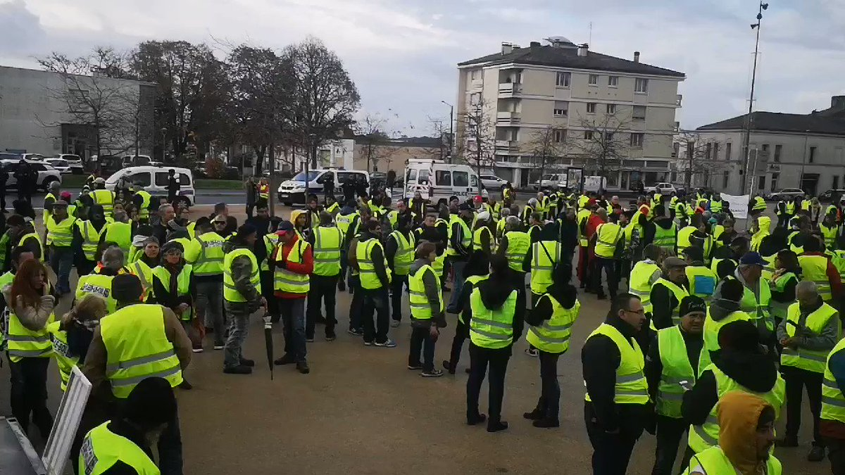 direct gilets jaunes affrontements sur les champs elys es des interpellations sont en cours. Black Bedroom Furniture Sets. Home Design Ideas