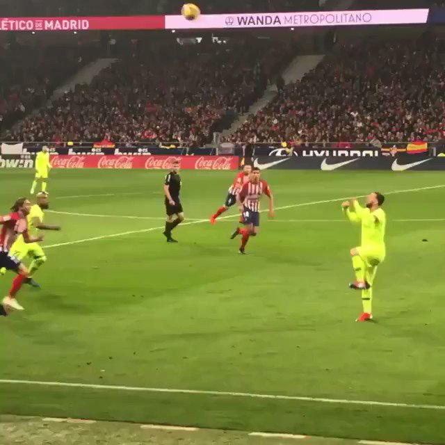 This nutmeg by Leo Messi though. 🔥⚽️ 🎥 @ImagenTVDeporte