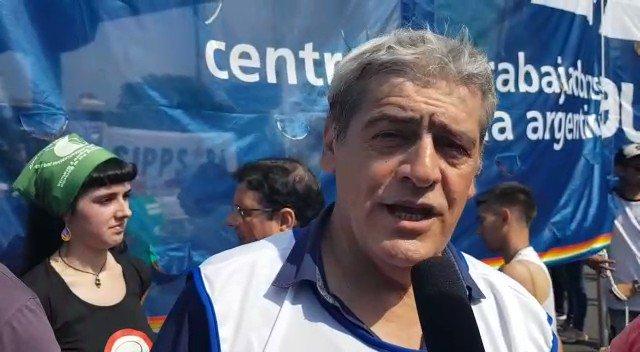 """#30N #Ahora @JulioDFuentes de #CLATE Desde la movilización que le dice #NoAlG20  """"En una ciudad sitiada la gente está igual en la calle, con la bronca de ese mundo para pocos que propone el #G20, pero también, con la esperanza de que luchando vamos a modificar esta realidad""""."""