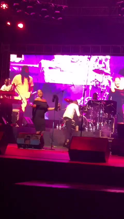 Michael Ross tries to dance with Ginuwine and gets mugged off stage like a phone thief.Cheii
