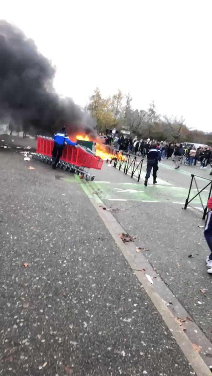 Voilà ce qu'il s'est passé aujourd'hui à mon Lycée, MERCI LES GILETS JAUNES DE NE PAS MONTRER L'EXEMPLE #balancetongiletjaune #GiletsJaunes