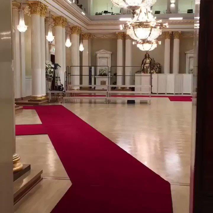 RT @TPKanslia: Mariankadulta saapuvien vieraiden kättelyreitti. #linnanjuhlat #punainenmatto https://t.co/P05XrArB5J