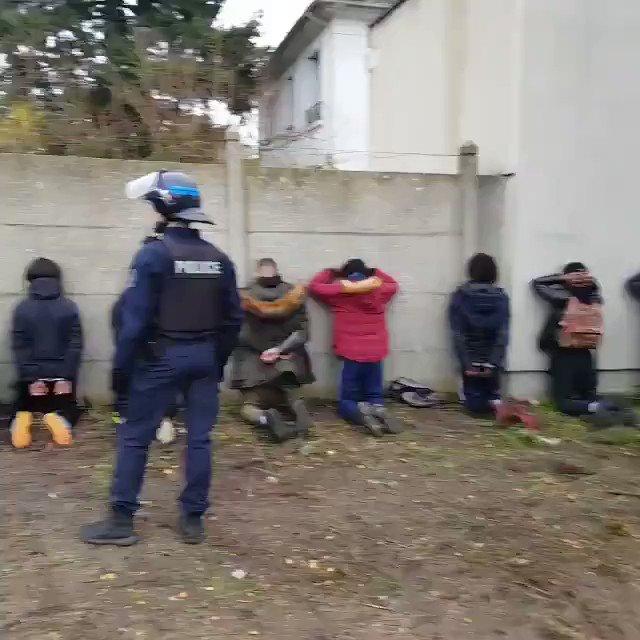 D'autres images de l'interpellation de dizaines de lycéens, aujourd'hui à Mantes-la-Jolie.