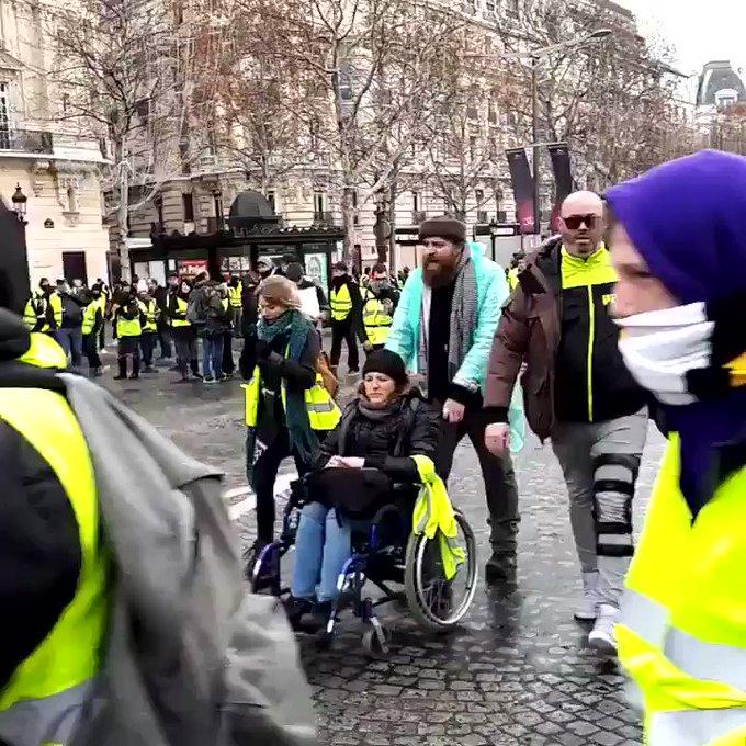 Urmăriți Revoluția Franceză LIVE - Președintele Emmanuel Macron a Părăsit Capitala