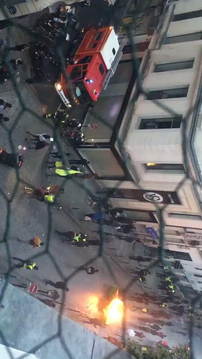 Merci aux #pompiers de #paris d'être toujours présent. Courage. @PompiersParis