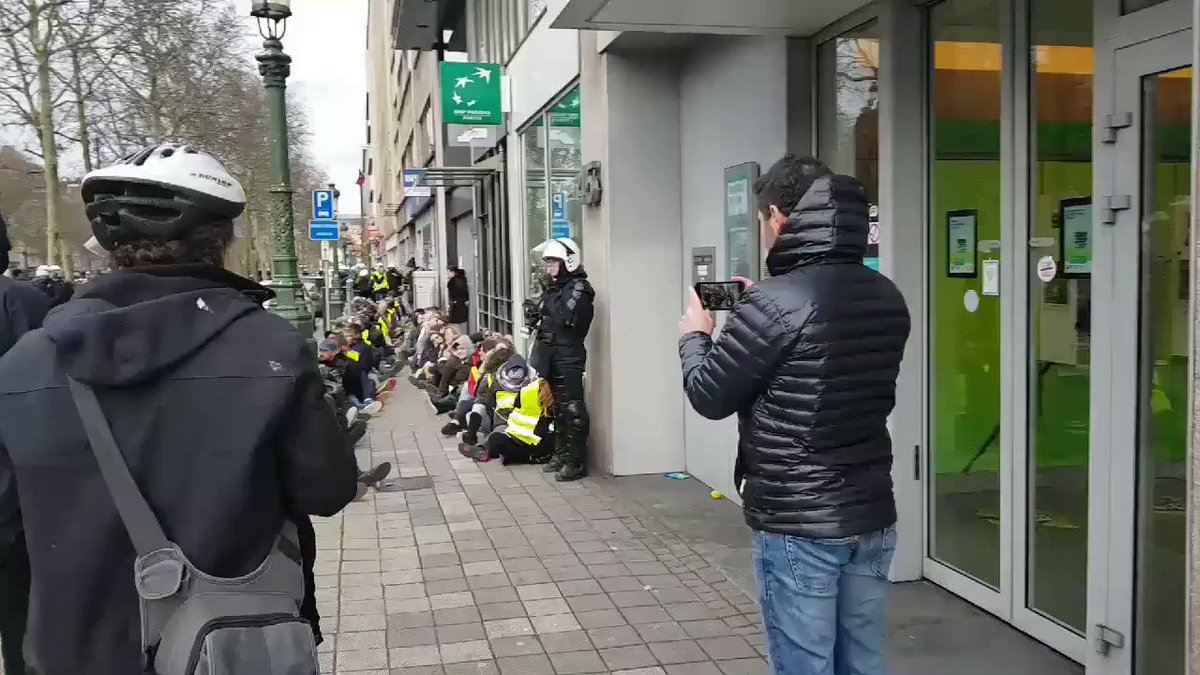 The police in Belgium, Brussels, have arrested dozens of #GiletsJaunes activists and look how they're making them sit, exactly like the video of the French police with the school children the other day. Completely despicable and degrading!