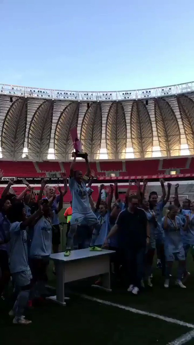 Como sofre o futebol feminino no país... O Grêmio recebeu a taça do Campeonato Gaúcho feminino em uma mesa de escritório em pleno palco de Copa do Mundo. Esperamos que os responsáveis pelo menos se expliquem por essa vergonha. Valorizem nossas meninas!