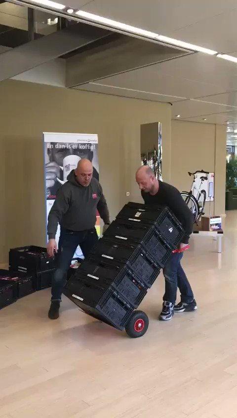 Daar gaat de koffie! @RTVDrenthe 10 kratten vol pakken koffie, filters en koffiemelk voor #samenvoordevoedselbank18 namens collega's @ProvDrenthe