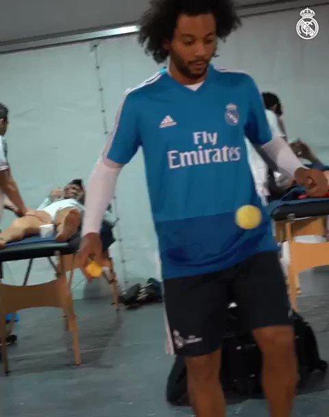 Marcelo demuestra su clase haciendo malabares con una pelota de tenis.