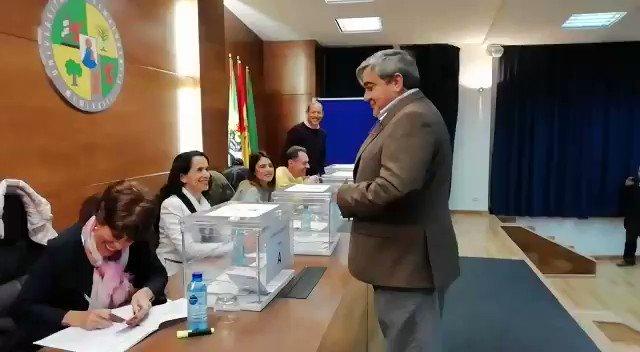 📨 #EleccionesUEx | @ahidalgouex acaba de votar en #Badajoz. En unos minutos se espera que lo haga @MarisaGM95 .  #EXN https://t.co/RkX0r1G2jH