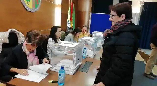 📨 #EleccionesUEx | @MarisaGM95 también ha ejercido ya su derecho al voto. En la primera vuelta obtuvo el 34,4% de las papeletas. Hoy necesita rebasar el 50% para hacerse con el rectorado.  #EXN https://t.co/6OaRJl9oo1