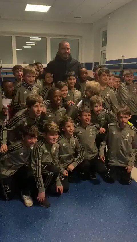 A Vinovo impazza la festa di Natale con i campioni bianconeri! @bonucci_leo19 #JUVENTUSXMAS #JuventusYouth