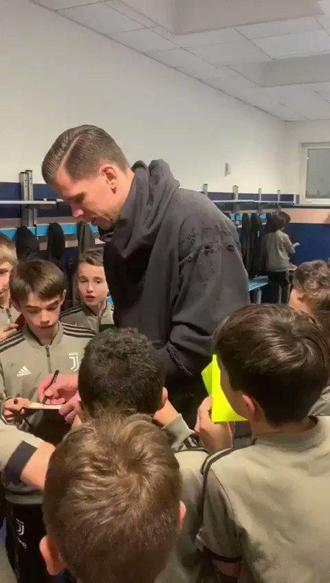 Sessione di autografi con @13Szczesny13 🖋🖋🖋 #JUVENTUSXMAS #JuventusYouth