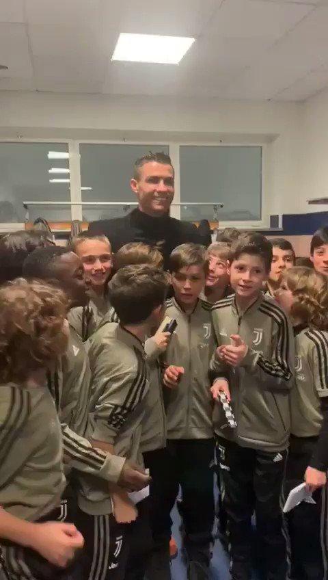 Ragazzi, tutti in posa per la foto con @Cristiano... ok... ora dite: SIUUUUUUUUUU! #JUVENTUSXMAS #JuventusYouth