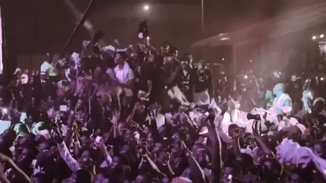 RT @bizzleosikoya: @wizkidayo made all his male fans take off their shirt . https://t.co/hW0HDsHslV