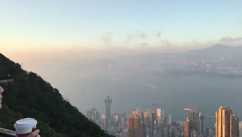 This view of Hong Kong is nuts. Well worth the hike!#victoriapeak #hongkongpic.twitter.com/CbcGfSAAcB