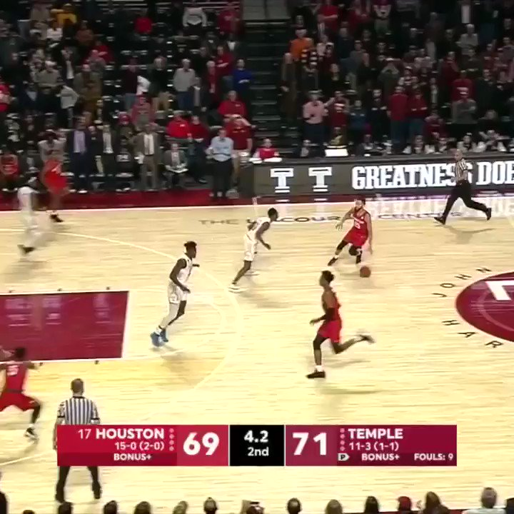 Undefeated no more!  No. 17 Houston falls to Temple after the game-tying bucket is called off for a charge. https://t.co/1GRMQtiXSt