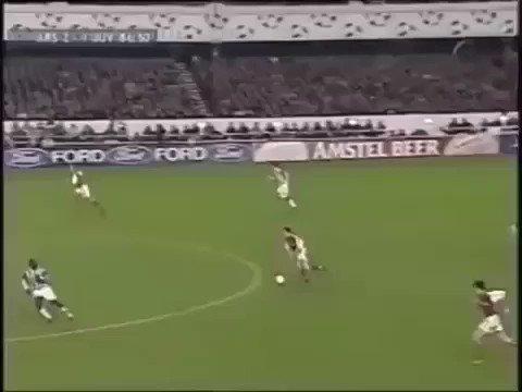 Pasan los años y no podemos entender esta asistencia de Dennis Bergkamp a Ljungberg... 😱👏🤩