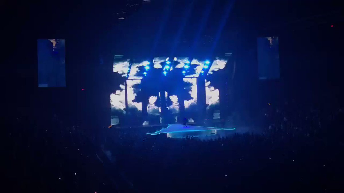 RT @Tiedtolou: The animation in king of the clouds 👌🏼👌🏼 #PFTWTourLaval @PanicAtTheDisco https://t.co/CXSFmX5Kob