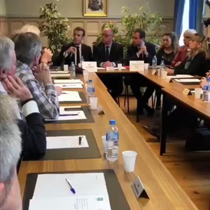 Au conseil municipal de Gasny. Dans le cadre du Grand Débat, le Président @EmmanuelMacron rencontre les Maires de France.