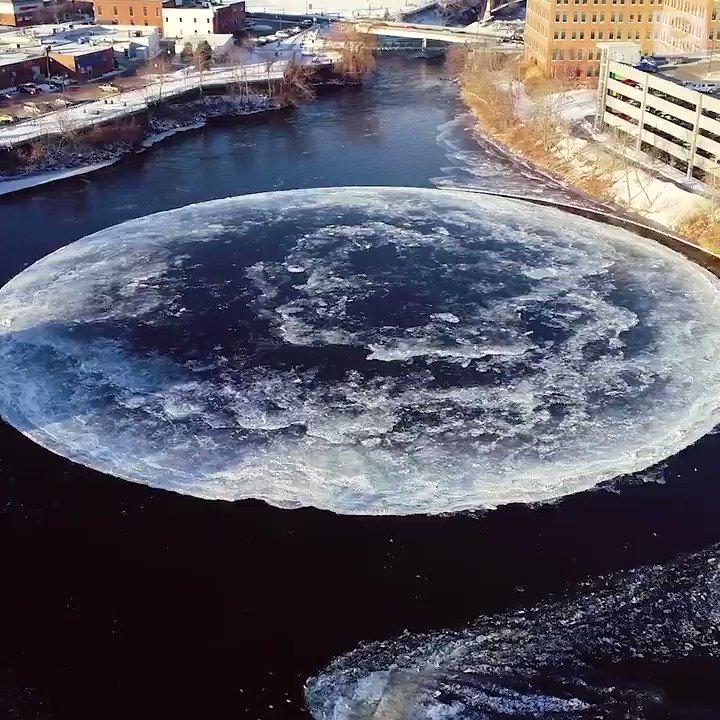 RT @Campaign_Otaku: Westbrook(メイン州)のプレサンプスコット川にできた巨大なディスク型の氷。ゆっくりと回転している。月のようで美しいな。 https://t.co/i9l9b3XWcA