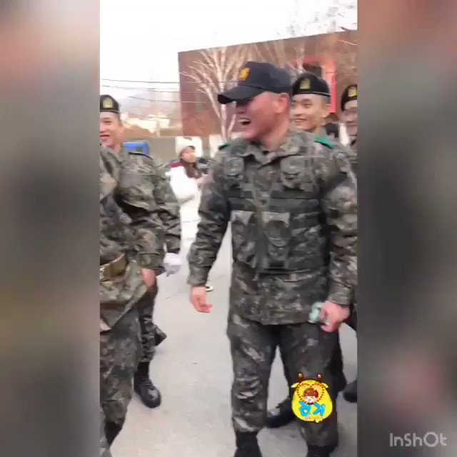 RT @mcspicekey: PLEASE look at him look at our jinki so loved by his military friends❤️❤️ https://t.co/c6l0dOM2Tf