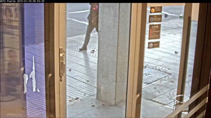 Pocas veces podemos ver íntegramente un atraco. Este es el ocurrido el lunes en una sucursal bancaria de #Badajoz. El autor fue detenido ayer en #Olivenza: se llevó 3.000 euros disfrazado de Guardia Civil y con un arma falsa▶️👇  #EXN https://t.co/1dFr9QAceX