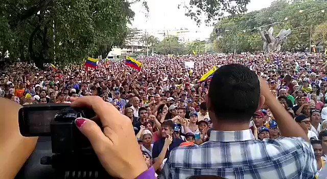 """#16Ene #Venezuela """"Fuera Maduro"""" corean los ciudadanos que participan en el #CabildoAbierto que se lleva a cabo en la ciudad de #Valencia, estado #Carabobo. En el evento están presentes varios diputados de la Asamblea Nacional. Video: cortesía."""