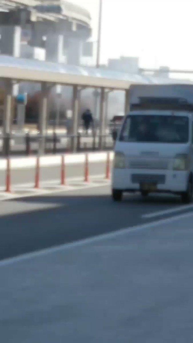 RT @un0MAXLove: 伊丹空港前にて 到着して、車の急ブレーキ聞こえて暫くしたら たかちゃんが「めっちゃ燃えてます」というから振り向くと… 車が燃えてた…💦💦 なんで?  #大阪伊丹空港 #車 #燃える https://t.co/jGeRGRov1R