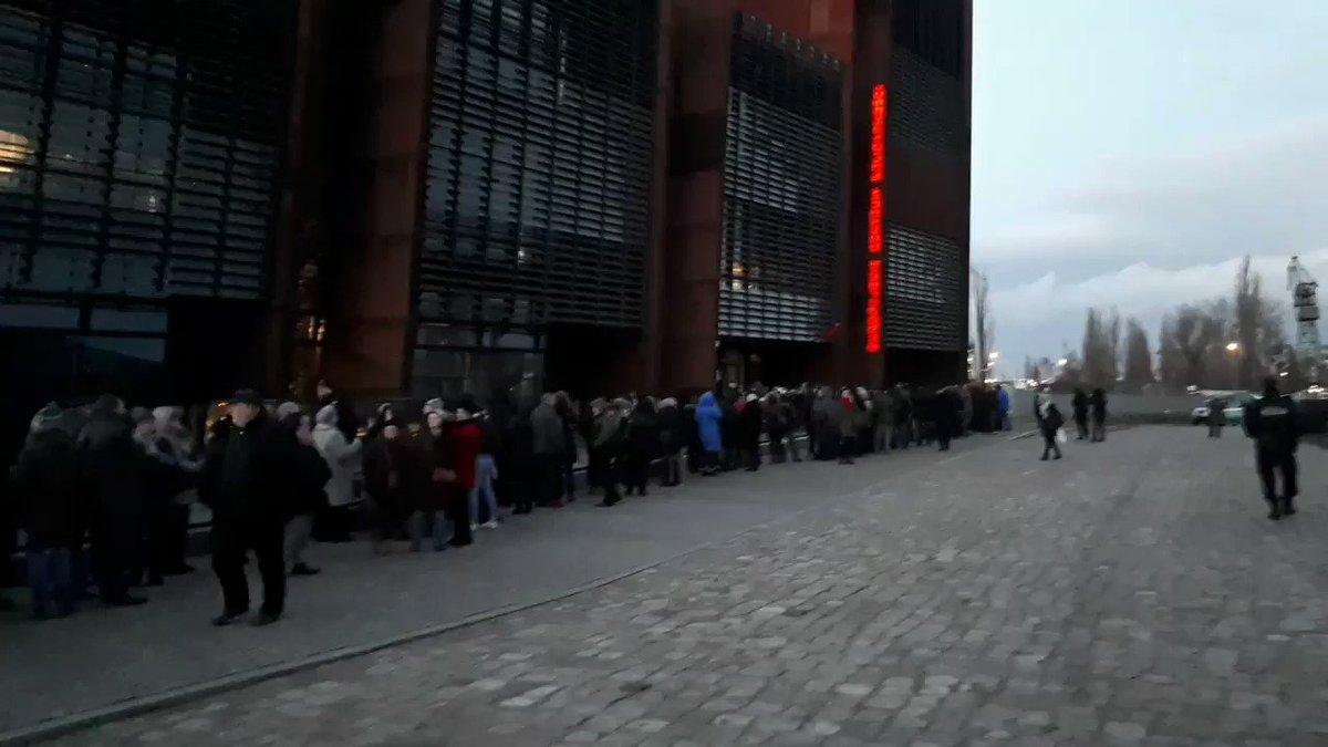 Tak wygląda kolejka do Europejskiego Centrum Solidarności, w którym znajduje się trumna z ciałem prezydenta @AdamowiczPawel . Kolejka stale rośnie @RadioGdansk