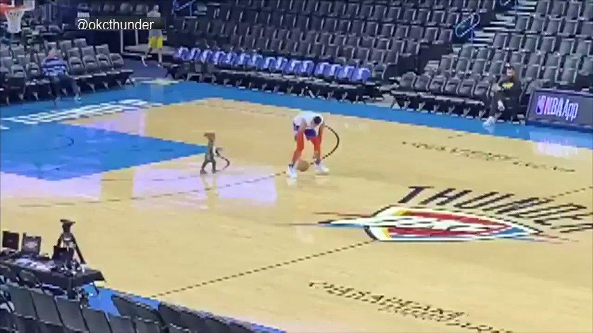 Antes del encuentro con los @Lakers, @russwest44 juega un poco de baloncesto junto a su hijo. 🏀👶