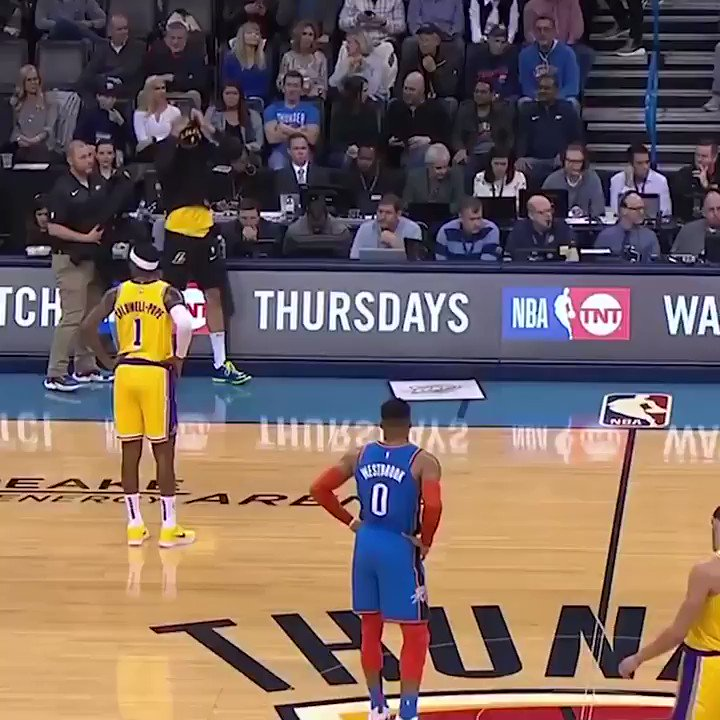 Michael Beasley had a little wardrobe problem during the Lakers-Thunder game 😂