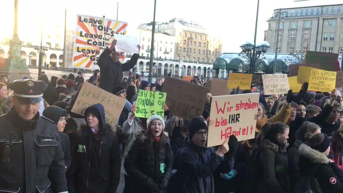 Über 1500 großartige Schüler*innen demonstrieren JETZT vor dem Rathaus #Hamburg gegen den Klimawandel! #FridaysforFuture #Youth4Climate #Endcoal #ClimateJustice